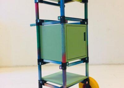 meubel gemaakt van gerecycled plastic doppen